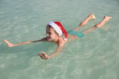 Lycklig liten jultomten på det döda havet Fotografering för Bildbyråer