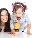 lycklig liten moder för färgrik donutsflicka Royaltyfri Fotografi