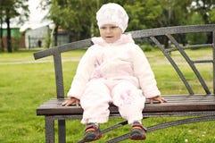 lycklig liten parkstående för flicka Royaltyfri Bild