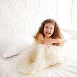Lycklig liten prinsessaflicka som vaknar upp Royaltyfri Fotografi