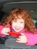 Lycklig liten rödhårig flicka! Arkivbild
