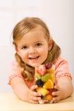 lycklig liten refreshment för frukt- flicka arkivfoto