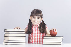 lycklig liten schoolgirl royaltyfri bild