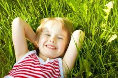 lycklig liten sommar för flicka Arkivfoto