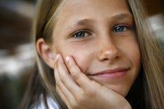 lycklig liten stående för flicka arkivfoto