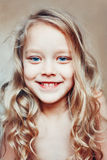 lycklig liten stående för tät flicka upp Royaltyfria Foton