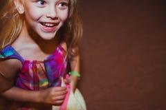 lycklig liten stående för tät flicka upp Royaltyfri Bild