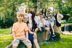 Lycklig liten syster och broder med den stora familjen Royaltyfri Foto
