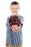 Lycklig liten ung kaka för chip för pojkeholdingchoco Arkivfoton