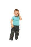 Lycklig litet barnpojke som talar vid telefonen Royaltyfria Bilder