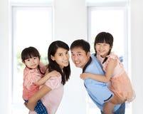 lycklig livsstil för familj Arkivfoton