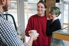 Lycklig livsstil för ungdom för beroende för klientstångkaffe arkivfoto