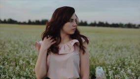 Lycklig livsstilstående för Closeup av den nätta caucasian unga flickan med lockigt svart hår Kvinnaleenden och blickar på stock video