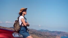 Lycklig loppkvinna för frihet som kopplar av på bilhättan som drömmer tycka om semester på den soliga sommardagen arkivfilmer