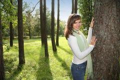 lycklig lutande treekvinna Arkivbilder