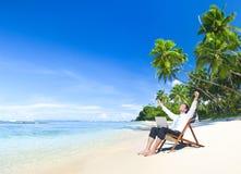 Lycklig lyckad affärsman på stranden arkivfoton