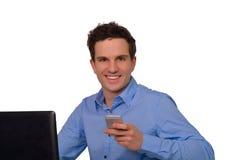 Lycklig lyckad ung affärsman med anteckningsboken och smartphonen Arkivfoto