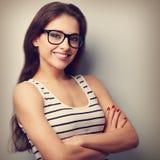 Lycklig lyckad ung kvinna, i att se för exponeringsglas Tappningportrai Arkivfoton