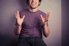 lycklig lyssnande manmusik till barn Royaltyfria Foton