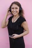 lycklig lyssnande musik för flicka till Arkivfoton