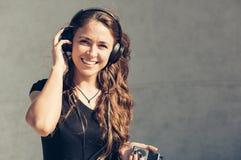 lycklig lyssnande musik för flicka till Royaltyfri Foto