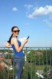 Lycklig lyssnande musik för tonårs- flicka på telefonen fotografering för bildbyråer