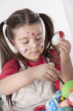 Lycklig målade en easter för liten flicka holdin ägg Royaltyfri Fotografi