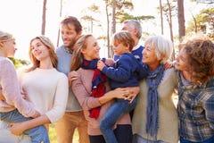 Lycklig mång--utveckling familj i bygden royaltyfri fotografi