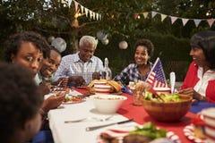 Lycklig mång- utvecklingssvartfamilj på 4th den Juli grillfesten Arkivfoto