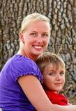Lycklig mamma med hennes barn Arkivfoton