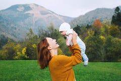 Lycklig mamma med hennes barn på naturen på hösttid Royaltyfria Foton