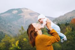 Lycklig mamma med hennes barn på naturen på hösttid Fotografering för Bildbyråer