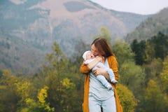 Lycklig mamma med hennes barn på naturen på hösttid Royaltyfria Bilder