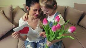 Lycklig mamma med hennes dotter på moders dag arkivfilmer