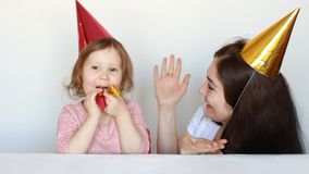 Lycklig mamma och barn på födelsedagpartiet och att spela i clowner och showfokus Kapacitet och cirkus Fostra hennes dotter arkivfilmer