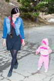 Lycklig mamma- och barnflicka som skrattar på gatan Begreppet av gladlynt barndom och familjen Arkivbilder
