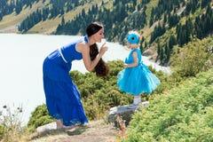 Lycklig mamma- och barnflicka som spelar på naturen begreppet av barndom och familjen Royaltyfri Fotografi