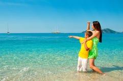 Lycklig mamma och son på havsstranden Royaltyfria Bilder