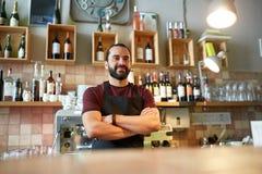 Lycklig man, bartender eller uppassare på stången Arkivfoton