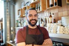 Lycklig man, bartender eller uppassare på stången Arkivfoto