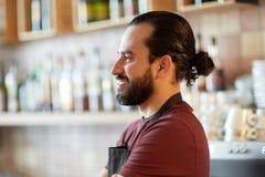 Lycklig man, bartender eller uppassare på stången Royaltyfri Fotografi