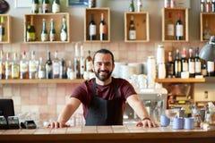 Lycklig man, bartender eller uppassare på stången Royaltyfri Bild