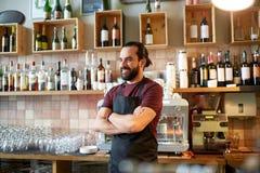 Lycklig man, bartender eller uppassare på stången Fotografering för Bildbyråer