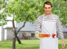 Lycklig man eller kock med bakning och kitchenware Royaltyfri Fotografi