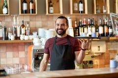 Lycklig man eller uppassare med kaffe och socker på stången Royaltyfria Foton