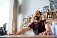 Lycklig man eller uppassare på stången eller coffee shop Royaltyfri Foto