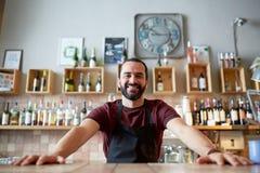 Lycklig man eller uppassare på stången eller coffee shop Royaltyfri Bild