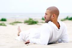lycklig man för attraktiv strand arkivbilder