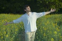 lycklig man för fält Fotografering för Bildbyråer