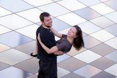 lycklig man för par som tillsammans ler kvinnan arkivbilder